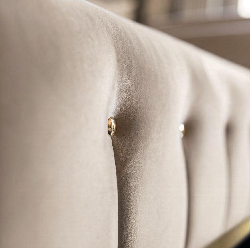 Sofa do salonu w kolorze bezowym
